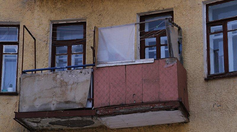 выбросил с балкона