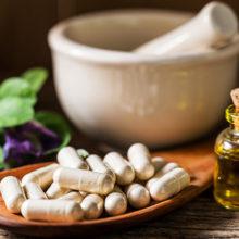 Смешивать лечение лекарствами и народными средствами может быть опасно