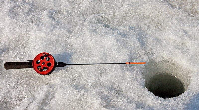 Под лёд провалился рыбак