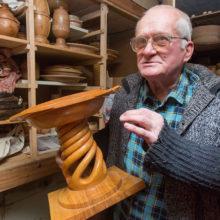 Юрий Коробский, мастер из Наровли, деревянные обрубки превращает в прекрасную посуду