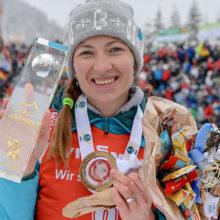 Домрачева выиграла последнюю гонку сезона на этапе Кубка мира по биатлону