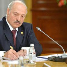 Лукашенко раскритиковал чиновников за низкие зарплаты