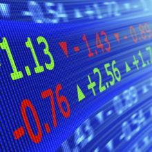 На торгах 27 марта рубль окреп к доллару и российскому рублю