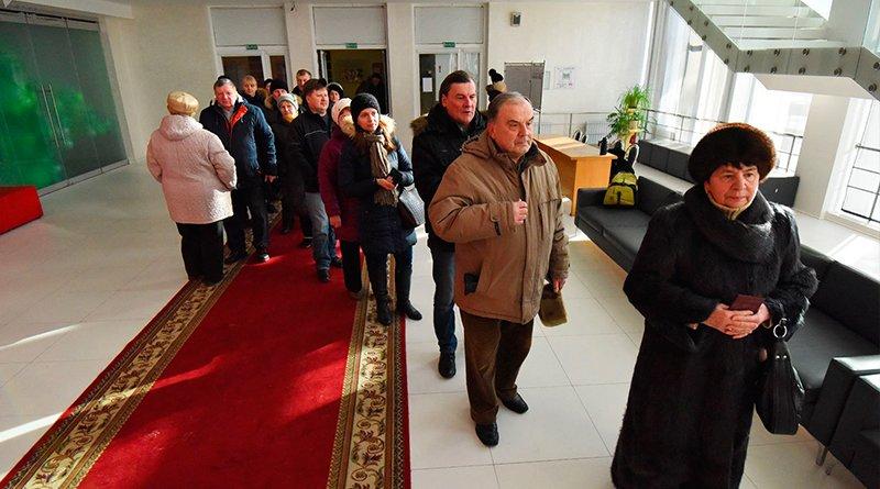 Очередь из желающих проголосовать к 11 часам выросла до сотни человек