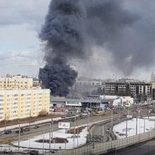 Столбы черного дыма и факел огня: в Петербурге горит автосалон