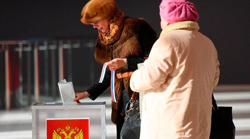 Галина Бородина (слева) на память за участие в выборах получила символическую ленточку-триколор