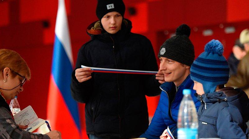 Многодетный отец Евгений Майорчик пришел на выборы со старшими сыновьями