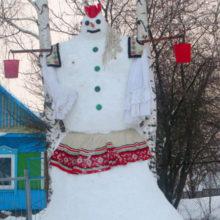 В деревне под Мозырем местные жители слепили снеговика-великана — бабу Василису