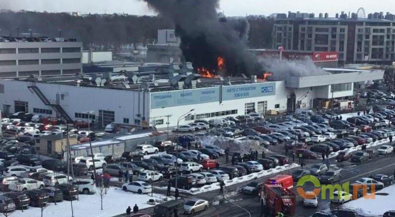 в Петербурге горит автосалон