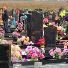 Почему искусственные цветы на кладбищах в Радуницу — это плохая идея