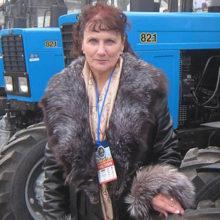 Известную трактористку уволили и требуют вернуть трактор, подаренный президентом