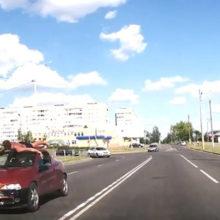 Видеофакт: в Рогачеве на крыше движущегося авто лежал мужчина