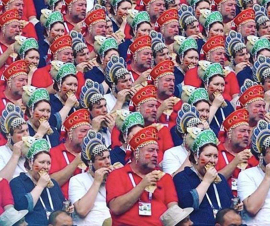 Фанаты в кокошниках, которые ели на матче