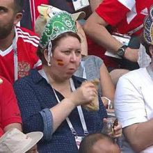 Фанаты в кокошниках, которые ели на матче, стали интернет-мемом