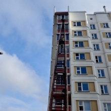 Видеофакт: работники МЧС спасли девочку, которая чуть не выпала из окна