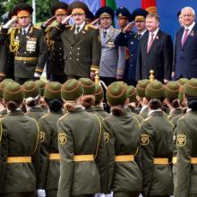 Участница парада в Минске прошла в колонне без туфли