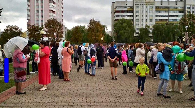люди вышли на площадь