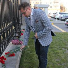 Белорусы несут цветы к посольству России