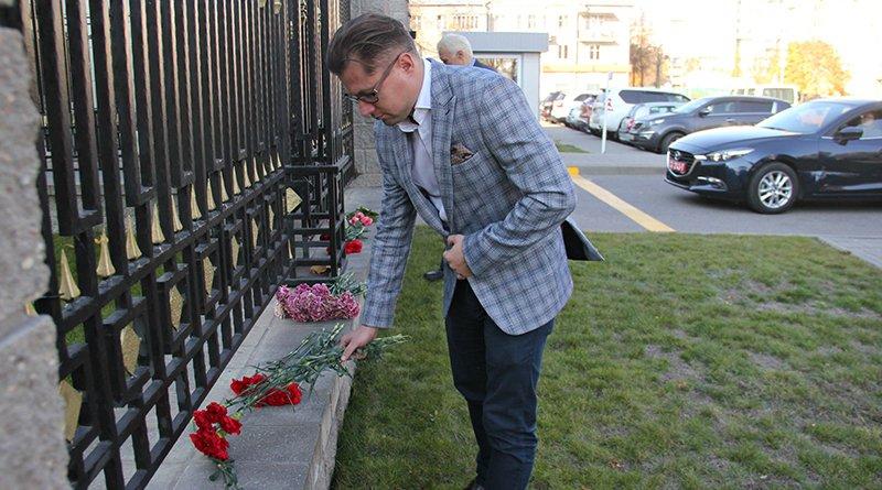 Сергей Лущ у посольства РФ в Минске