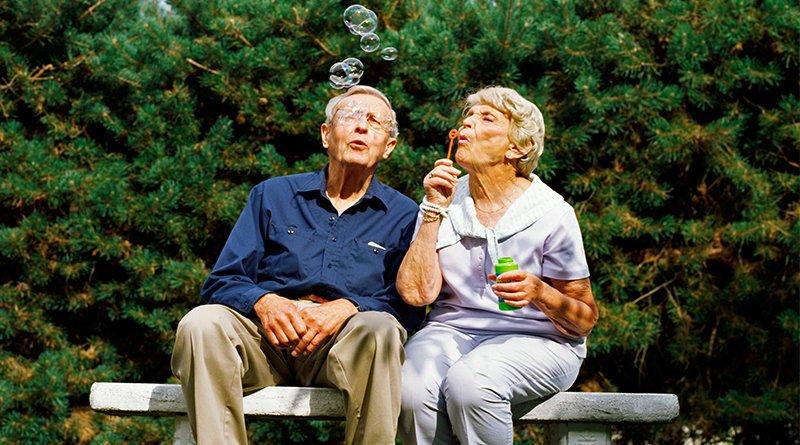 Знания и опыт, а также житейская мудрость людей старшего поколения, цементирует общество в единый монолит. Не ценить эти качества невозможно, поэтому общество пытается выразить почтение к людям этой возрастной категории, по возможности, проявив к ним внимание и заботу. Именно отношение к людям старшего поколения является одним из показателей уровня общественного развития. Проблемы пожилых людей не раз рассматривались и на пленарных заседаниях ООН, а дата 1 октября стала Международным Днем пожилых людей. К этой категории граждан относятся люди старше шестидесяти лет. С каждым годом их число увеличивается, по сравнению с приростом населения. Особенно эта тенденция ощутима в европейских странах. Если брать Беларусь, то окажется, что в 2017 году на территории республики проживало 1 млн. 996 тысяч людей, возраст которых достиг шестидесяти лет.По статистике, это каждый пятый житель Беларуси. За минувший десятилетний период население страны состарилось на 14%, а количество пенсионеров преклонного возраста выросло на 245,5 тысяч. При этом женщины занимают в этой возрастной категории главенствующую роль: их в два раза больше, чем пожилых мужчин. Соотношение выглядит, как 64,6% к 35,4%. Беларусь может гордиться своей системой соцзащиты, которая уделяет достаточно внимания пожилым людям. Им предоставляются всевозможные льготы и социальные гарантии. Идет системное повышение пенсионных выплат. Существуют различные виды помощи в домашних условиях. Есть приюты и дома совместного проживания пенсионеров, для экономии коммунальных расходов. Государством разработана программа медицинской помощи пожилым людям. Существует школа здоровья «Третьего возраста», которая занимается людьми преклонного возраста во всех стационарах, обеспечивая комплексный подход к здоровью людей, у которых накопилась масса проблем с самочувствием. День пожилых людей не дает обществу забыть о его членах, существование которых иногда ограничивается домашними или больничными стенами. Конечно, есть категория людей 