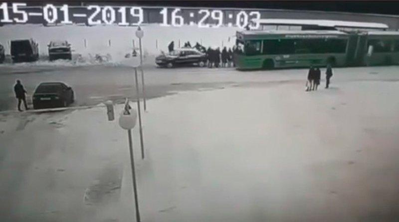 автомобиль влетел в толпу людей на остановке