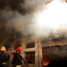 Более 80 человек погибли при пожаре жилого дома в Бангладеш