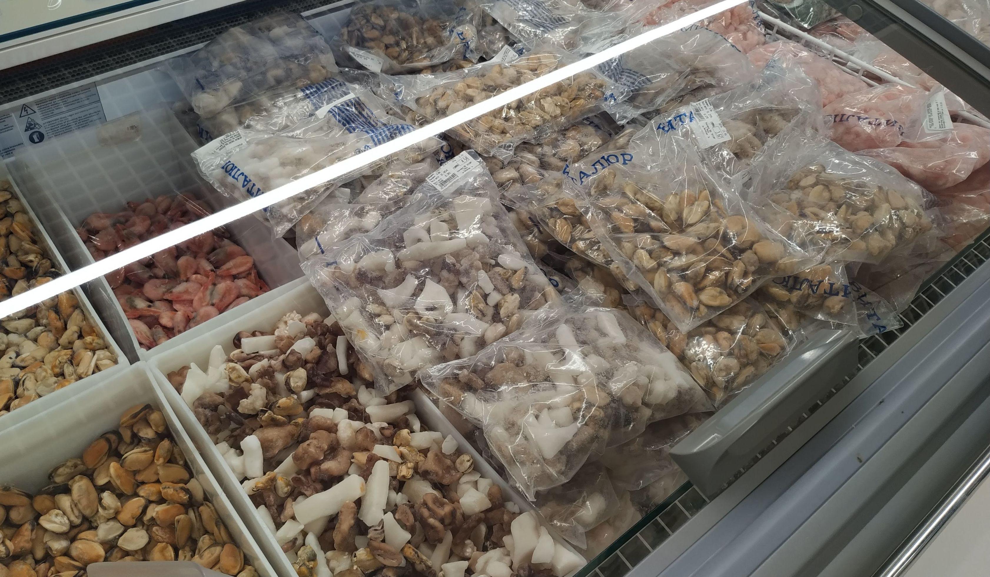 Пенсионерка иногда покупает мидии - из них можно приготовить вкусное ризотто, и кальмары - чтобы добавлять в салат