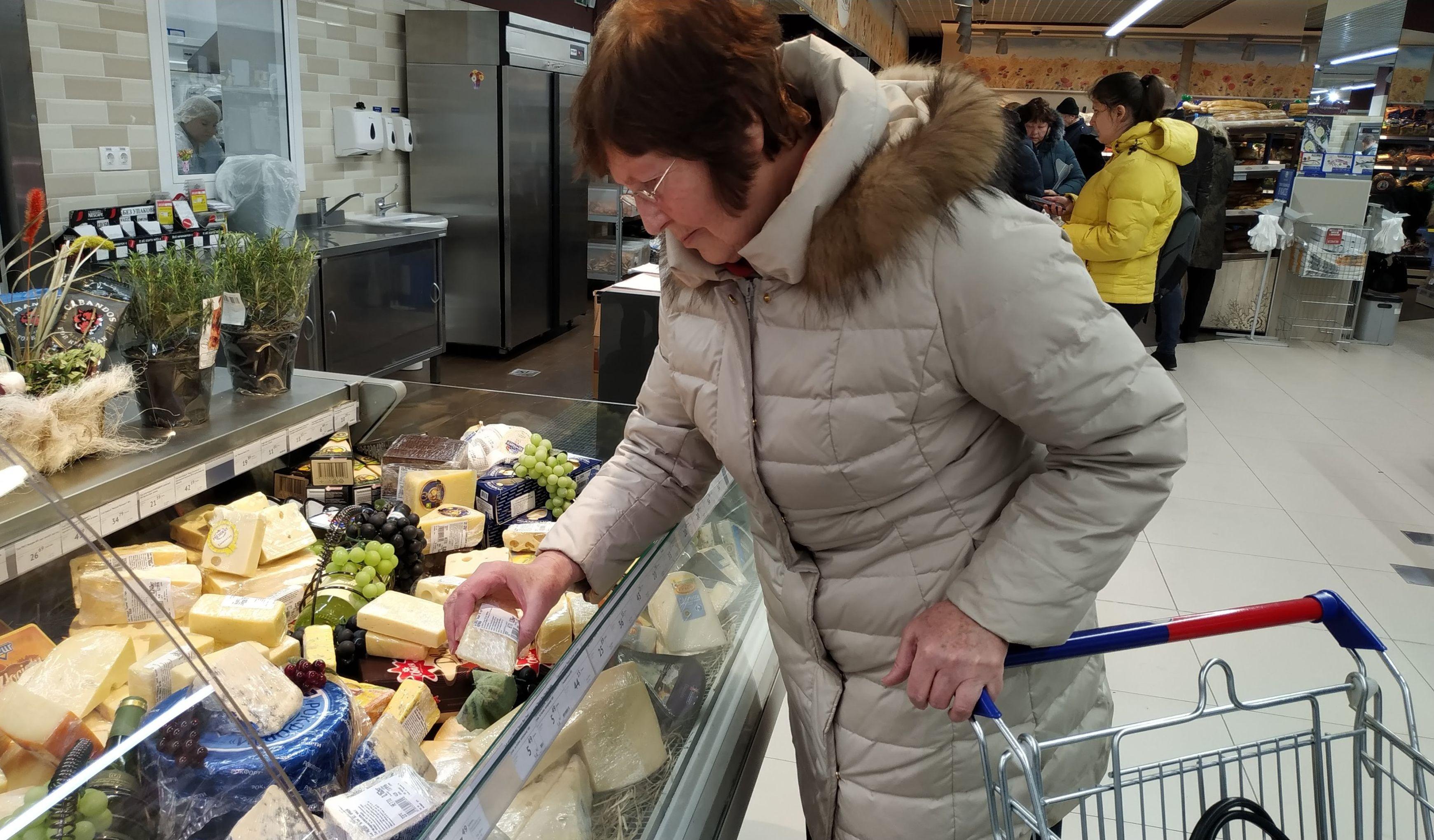 Сыр Галина Григорьевна очень любит, но всегда берет тот, что на скидках