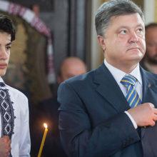 Младший сын Порошенко попал на видео с тюльпаном в заднице