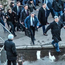 Петр Порошенко по лужам убежал с митинга от избирателей