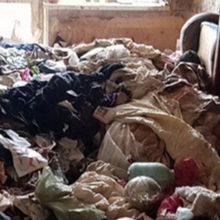 В квартире под грудой мусора нашли девочку-маугли