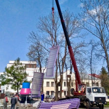 Фотофакт: в гомельском парке монтируют новую карусель