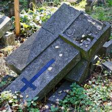Молодой человек, нанюхавшись клея, громил надгробия на кладбище