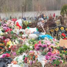 В Беларуси призывают отказаться от пластиковых цветов на кладбищах