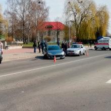 Автомобиль влетел остановку с людьми в Волковыске