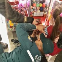 В Рогачеве девочка застряла в автомате с игрушками