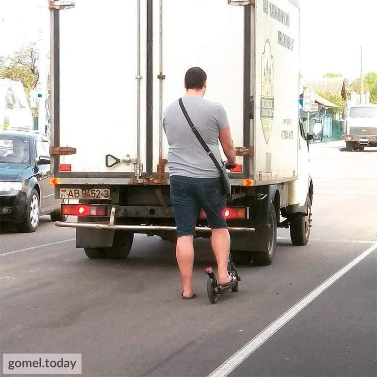 передвигался по проезжей части на странном транспорте