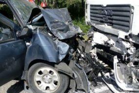Авария под Светлогорском: легковушка влетела в грузовик