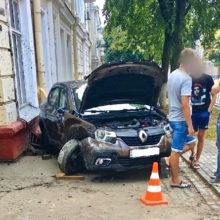 В Гомеле в результате ДТП Renault влетел в жилой дом