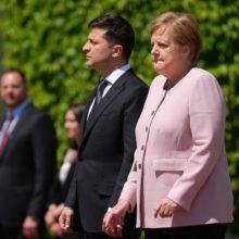 Зеленский растерялся когда Меркель начало трясти