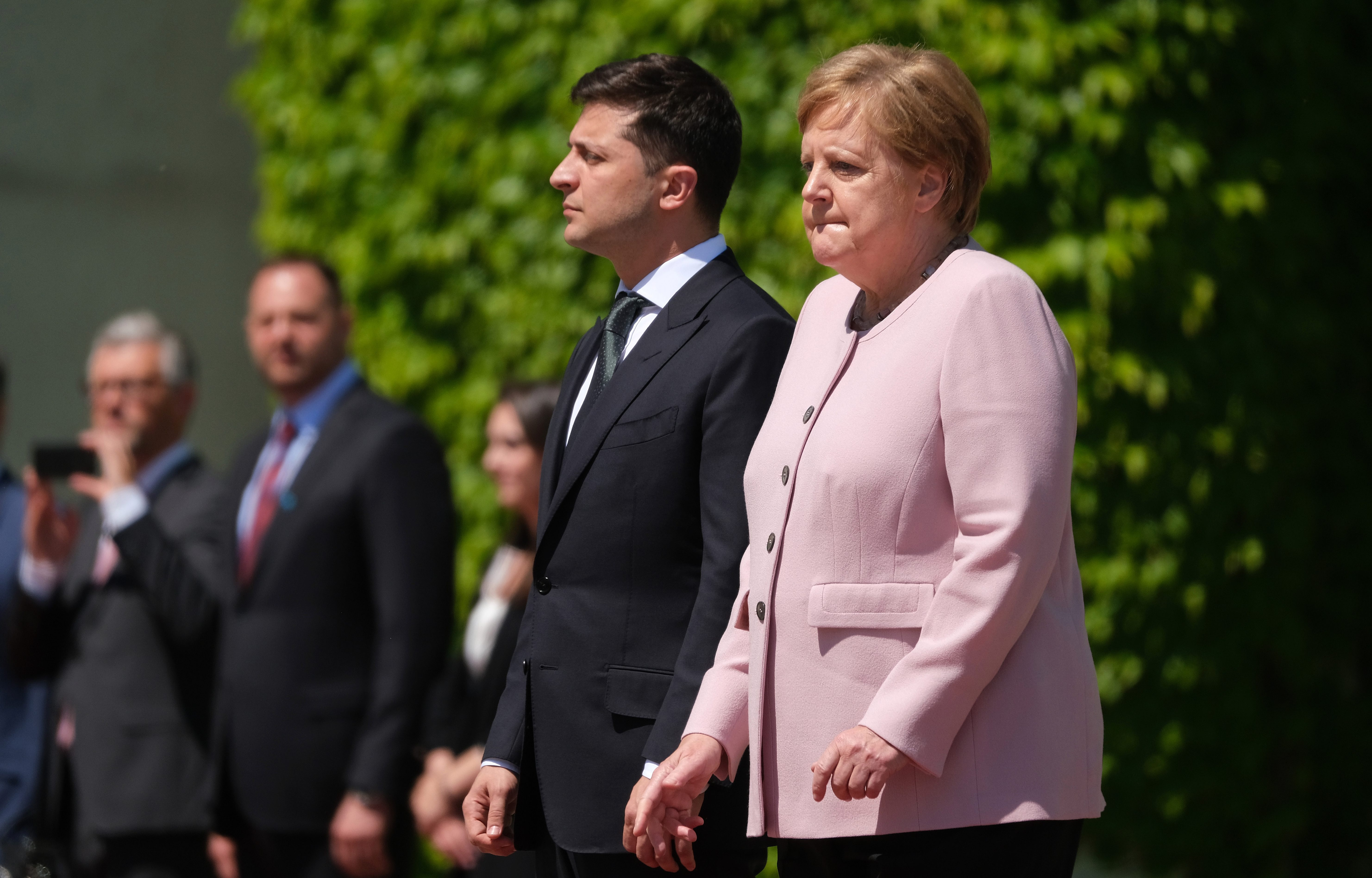 Зеленский растерялся когда Меркель