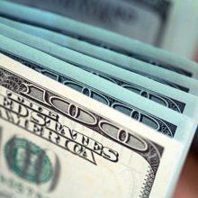 Белорусским молодоженам подарили фальшивые $100