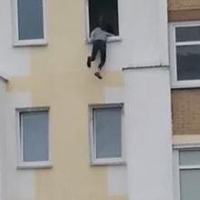 В Бресте ради селфи 15-летняя девушка повисла на подоконнике шестого этажа
