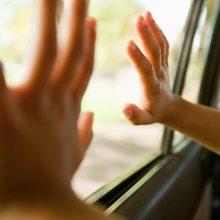 Отец забыл детей в машине на жаре и нашел их мертвыми