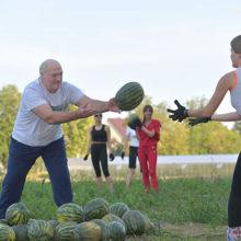 Лукашенко заметили в компании девушек с большими арбузами