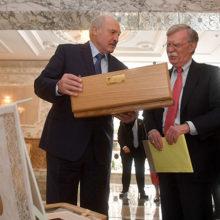 Лукашенко передал Трампам подарки: скатерть – Меланье, кортик – Дональду