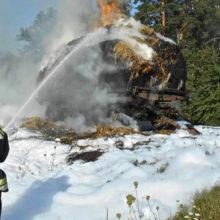 На дороге в Мозырском районе сгорел трактор с тюками сена