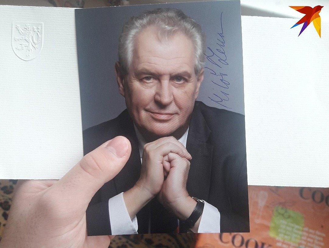 Президент Чехии расписался прямо на снимке