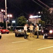 В Гомеле у пешеходов возник конфликт c водителем. Пострадал автомобиль