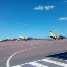 В гомельском аэропорту приземлилась колонна полосатых самолетов